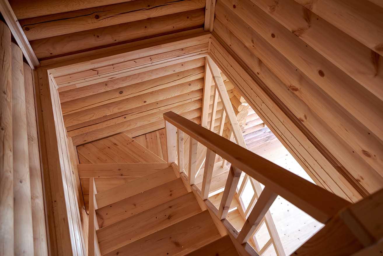 лестница в деревянном доме, дом деревянный внутри, каменские холмы