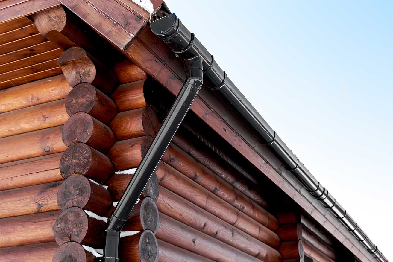 водосток на деревянном доме